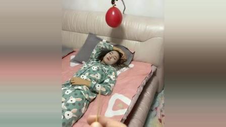 女生在睡觉, 男子突然扎爆水气球, 这下美女彻底