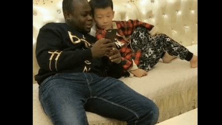 搞笑视频: 东北老外跟美女聊天, 被儿子揭发, 太