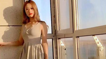 阳光下的美女穿着短裙性感有韵味