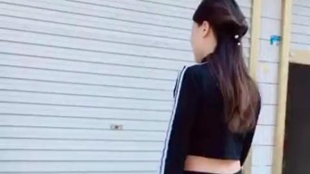 搞笑视频: 美女尬舞搭讪两个二货, 被二货整惨了