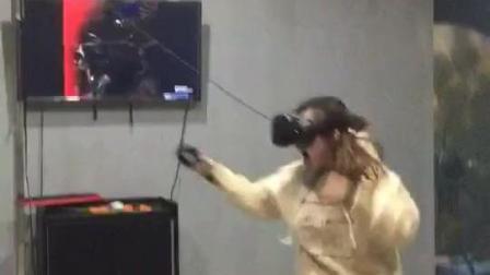 美女体验VR游戏, 瞬间被吓瘫!