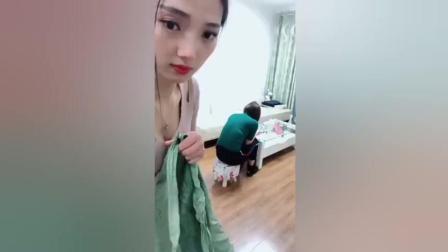 搞笑视频: 美女用布袋恶搞闺蜜, 结果让人笑趴了