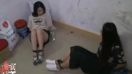 两美女陷入险境, 被人贩捆绑双手双脚, 但她们却很淡定?