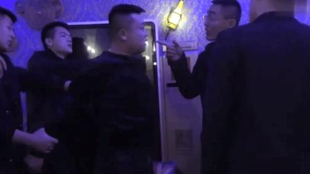 酒吧老板要挟美女驻唱陪睡, 社会大哥当场发飙怒