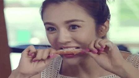 美女吃自助, 螃蟹直接用牙咬, 吃撑了, 还要加2个冰淇淋