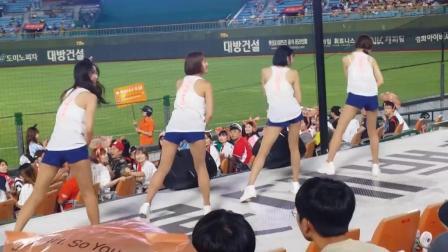 韩国乐天巨人啦啦队穿背心短裤热舞, 这还让不让