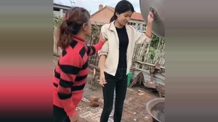 搞笑视频: 美女做的铁锅炖大鹅, 我就想问问该咋