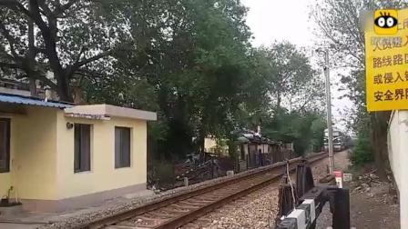 火车来了请注意安全! 东风4B牵引货列通过上海南大路道口