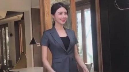 清纯美女模特拍职业装, 这姿势真专业!