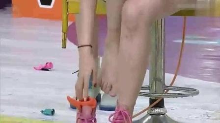 节目中挠美女脚心  太好玩了  有想要玩的吗?