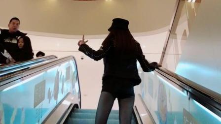 美女扶梯上表演热舞, 路人一脸震惊