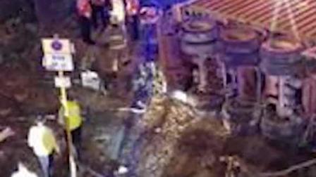 香港一货柜车撞巴士站致1死
