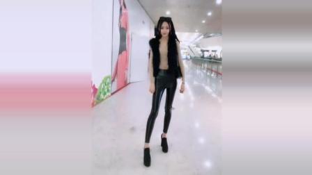 好身材美女出街穿搭 黑色緊身皮褲配黑色皮草