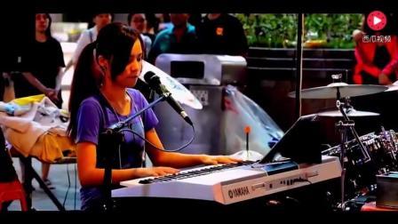 街拍美女: 街头艺人陈曼青自弹自唱《我只在乎你