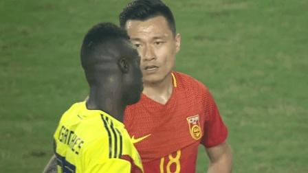 哥伦比亚美女进球庆祝 后面的中国老哥眼神搞笑
