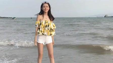 街拍气质美女, 这样在海边玩容易湿透啊!