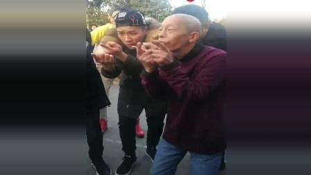 河南郑州7旬老爷爷带着孙子孙女尬舞, 身体真好