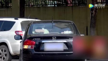 美女开豪车搭讪路边情侣, 渣男抛弃女友要上车