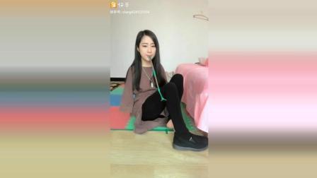 残疾美女用穿鞋神器自己一个人穿鞋, 为她加油了