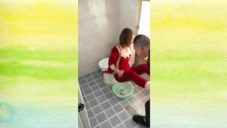 老公恶搞老婆洗脚, 下一秒摔惨了