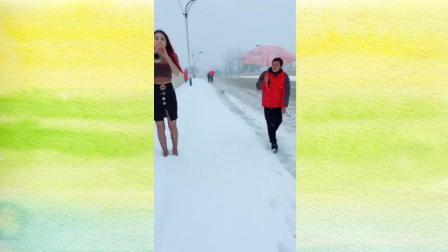 美女雪地里吹唢呐《闯码头》路人看到尴尬了