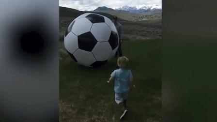 这么大的足球! 国外萌娃大作死, 笑到停不下来