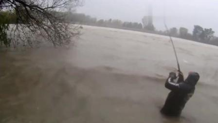 疯狂的钓鱼人, 洪水中与大鱼搏斗, 拉上来的那一