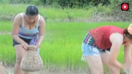 柬埔寨姑娘提着鸡罩子在河里抓鱼, 真是啥也不在乎啊