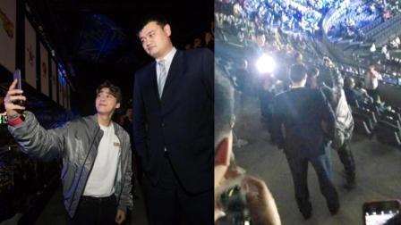李易峰和姚明合体自拍 手举那么高累吗?