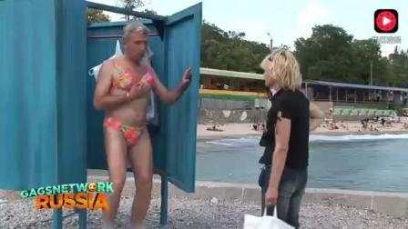 沙滩上, 男士身穿比基尼恶搞女士, 女士直接笑疯