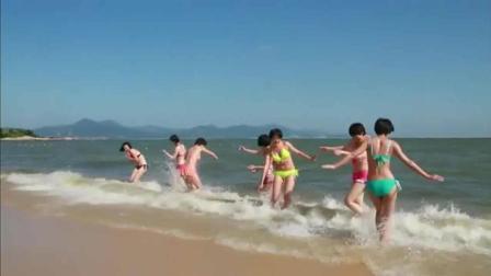 阳光海滩, 女子特种兵度假比基尼戏水