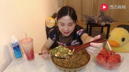 美女大胃王的开胃饭先来干溜豌杂面+1份西瓜, 后