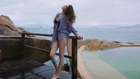 何穗海边度假穿比基尼嬉戏 皮肤白嫩长腿夺目超