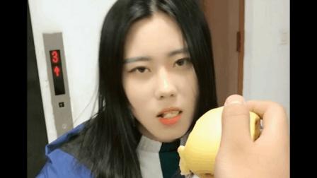 小伙恶搞女友给她吃梨子, 一口下去美女表情都变