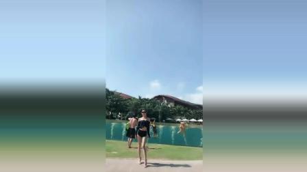 女神在玻璃泳池前面大秀身材, 10秒让你对她动心