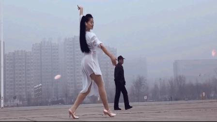 点击观看《这广场舞好有意境喜欢的转发哦《三生三世》典唯美三步舞》