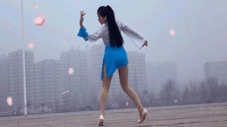 点击观看《青青世界广场舞《三生三世》古典唯美三步舞》
