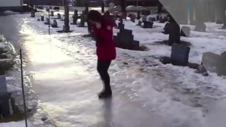 美女穿短裙走雪地, 笑尿了