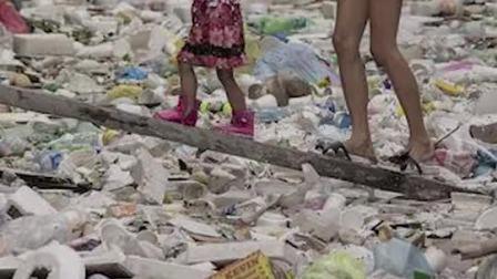 """""""垃圾河""""上的菲律宾贫民窟"""