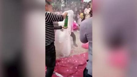 无知小伙假借风俗娱乐自己, 新娘当场发飙罢婚