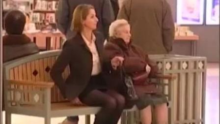 国外街头恶搞视频美女如何在街头优雅的放屁