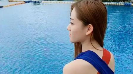 娜扎身穿比基尼在泳池边直播, 身材惹火啊