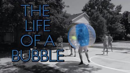外国小伙把自己装在塑料球里体验各种体育运动