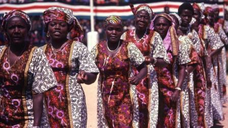 非洲奇葩风俗, 妻子越多荣誉越高, 男子娶妻多达