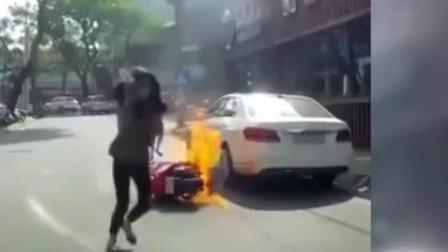 俩美女骑摩托车途中自燃! 你没有见过生活中的幽