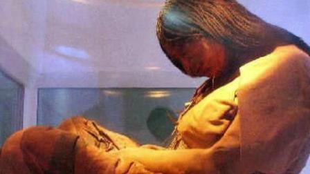 考古队发现千年女尸, 竟产下14斤女婴! 所有人都
