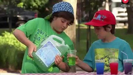 外国小孩路边当客人的面制作饮料, 路人看了都快