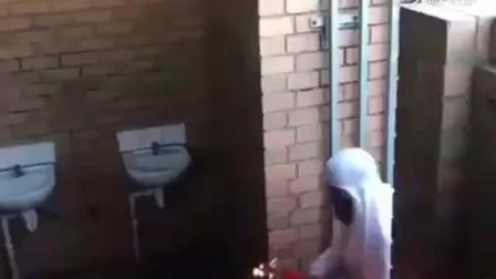 国外恶搞: 白袍男子街头扔东西恶作剧路人