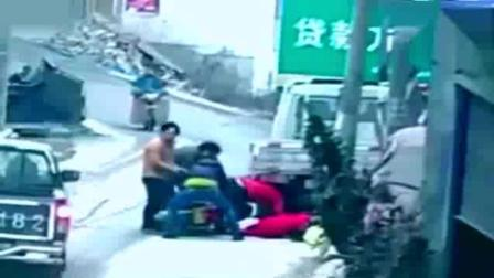 监控拍摄: 女子家门口梳着头, 亲眼目睹这悲惨离