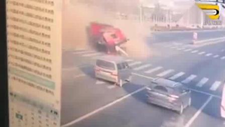 闯红灯的大货车横冲直撞, 根本不把人放眼里, 监
